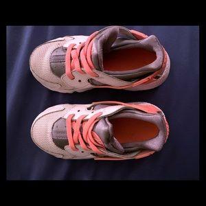 Toddler girls Nike hurachi sneakers - barely worn
